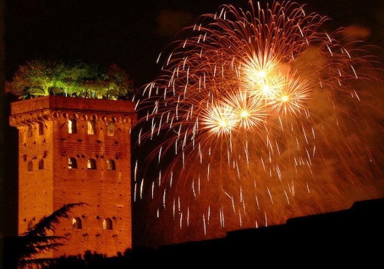 Luminara di Santa Croce a Lucca: la Torre Giunigi illuminata dai fuochi d'artificio