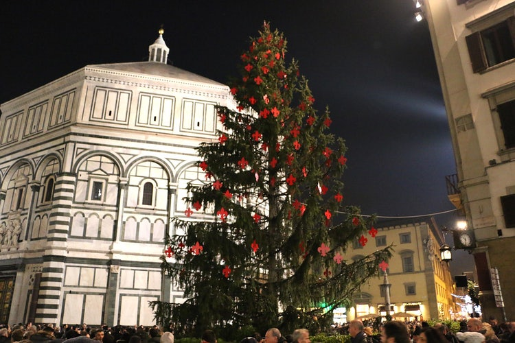 Christmas in Florence, in front of the Duomo with its terracotta Presepe