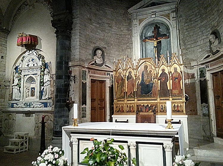 Altar and artwork in the church Borgo Apostoli
