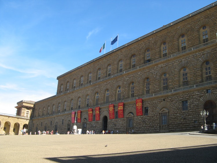 The magnificent Palazzo Pitti while touring the Diladdarno :: Visit Florence