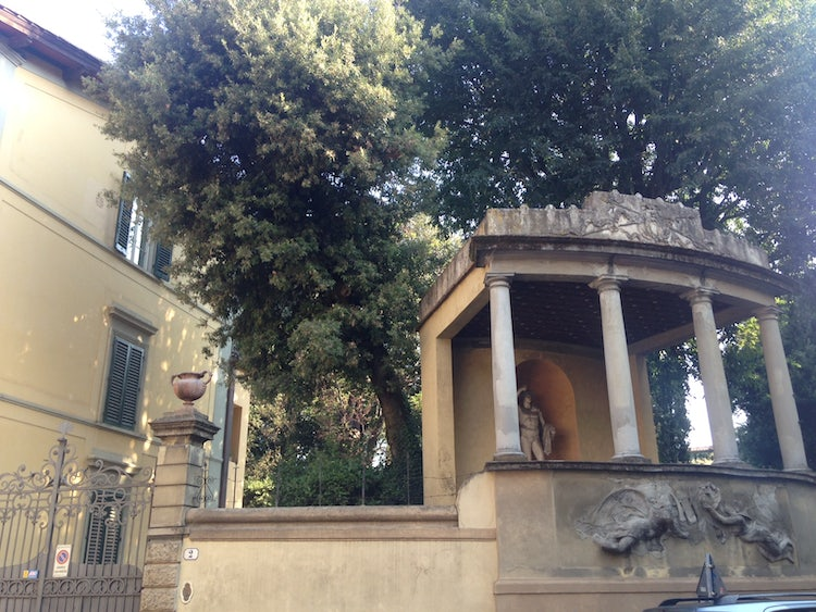 A glimpse of the Giardino Corsi while touring the Diladdarno :: Visit Florence