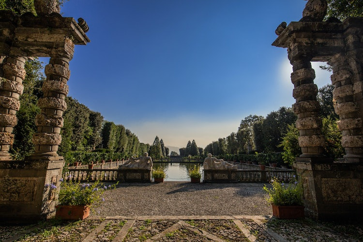 Villa Reale in Marlia, Lucca: Over 200 vases with lemon trees in the Lemon garden line this pond
