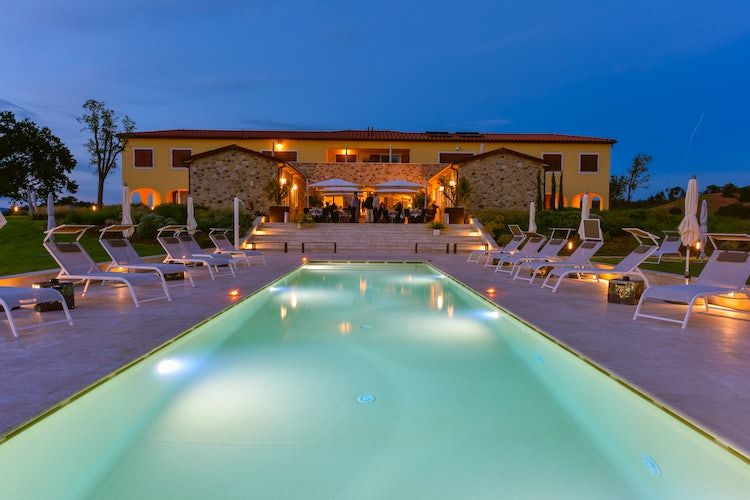 Poggio Mirabile: Twilight poolside, near the beaches of Tuscany
