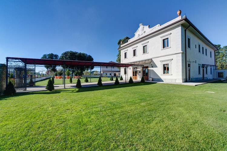 Medici villa rental with green garden near Florence